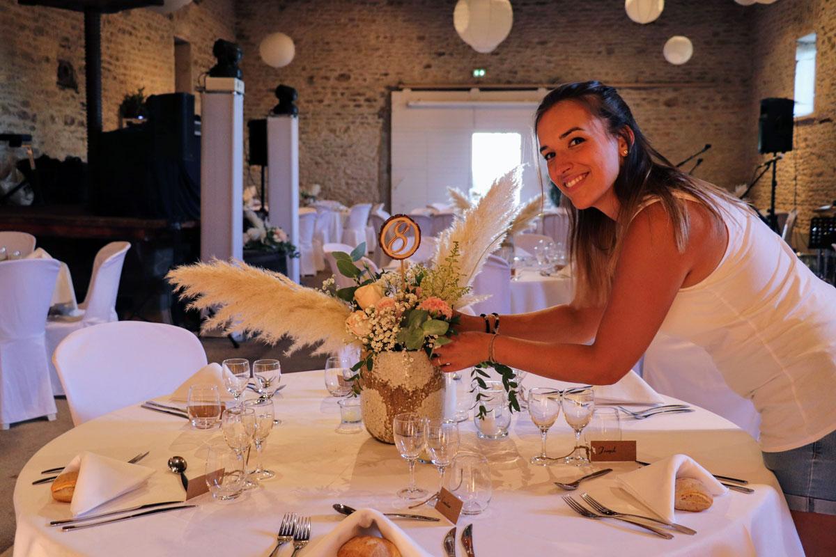 Laurine Guillon prépare la décoration d'une table