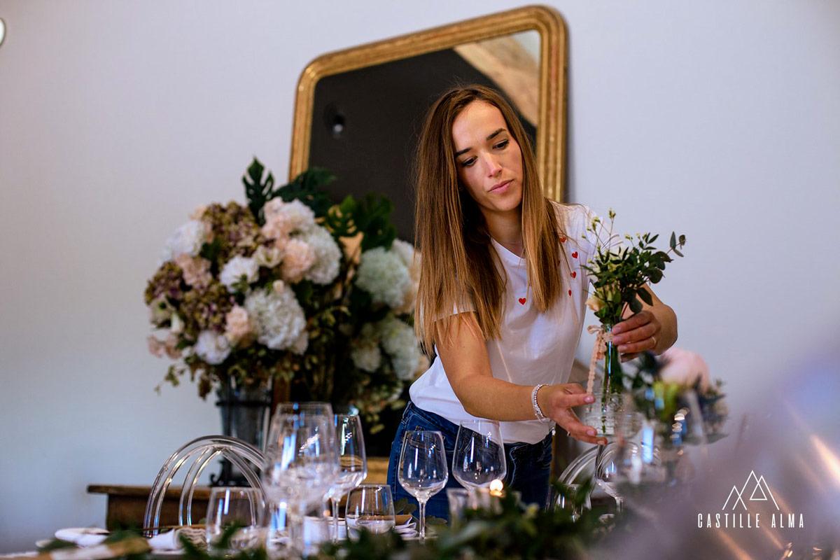 Mise en place de la décoration pour un mariage